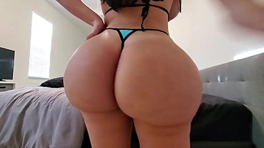 Super goddamn big ass girl bouncing her butt cheeks